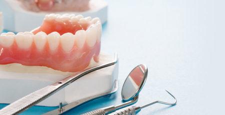 مزایا و معایب ایمپلنت در مقایسه با دندان مصنوعی متحرک